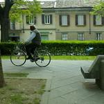 verde e ciclista con panchina
