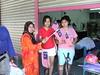 Pengundi Wanita dari keturunan Tionghua bangga menerima bendera Malaysia dari Pegawai Tugas-tugas Khas Negeri