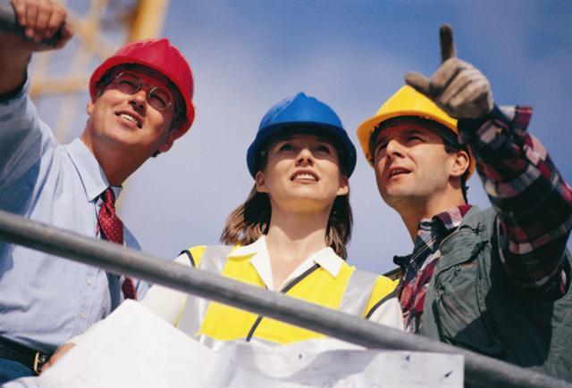 due uomini e una donna al lavoro in un cantiere