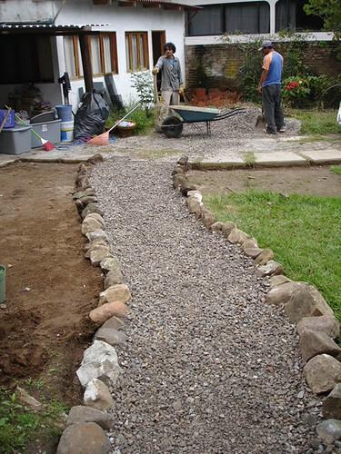 El vibrero camino con piedras y grava for Camino con piedras para el jardin