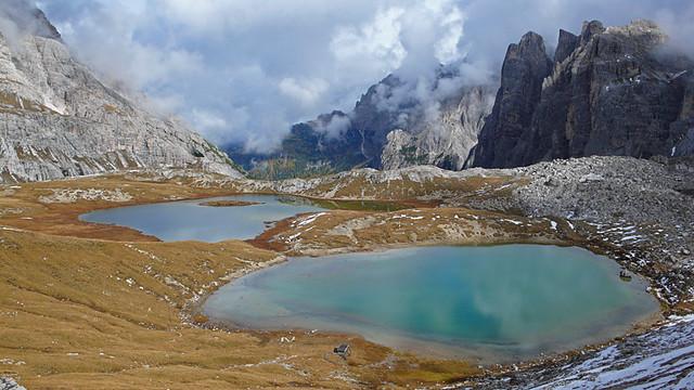 Lagos cerca de las Tres Cimas de Lavaredo, Las Dolomitas, Los Alpes Orientales de Italia