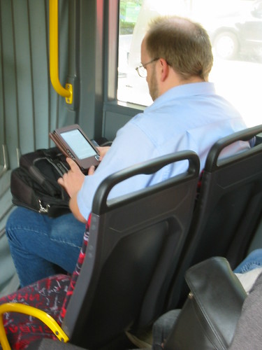 Mann im 4er Metrobus mit E-Book-Reader by admit