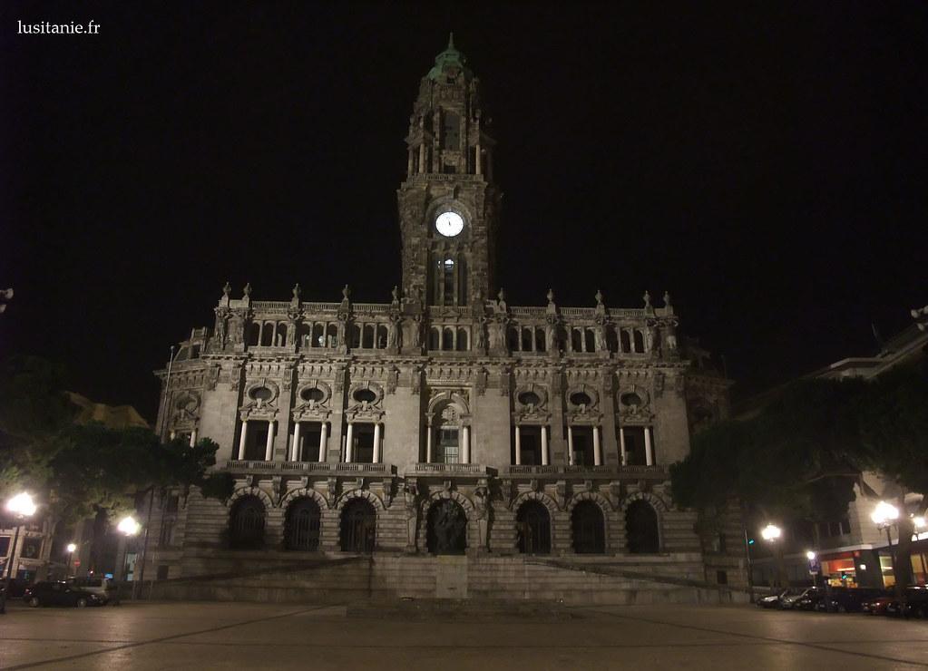 La Mairie de Porto. Lors des grandes victoires du club de foot local, le FC Porto, c'est ici que les gens se rassemblent pour faire la fête.