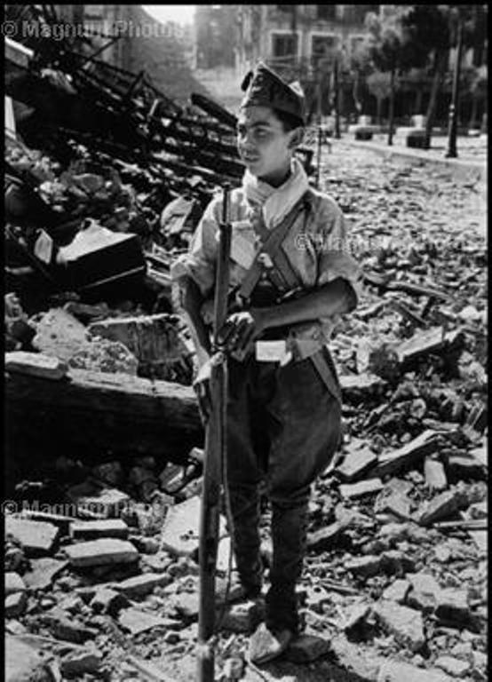 Niño miliciano en Zocodover. Fotografía de Robert Capa. Magnum