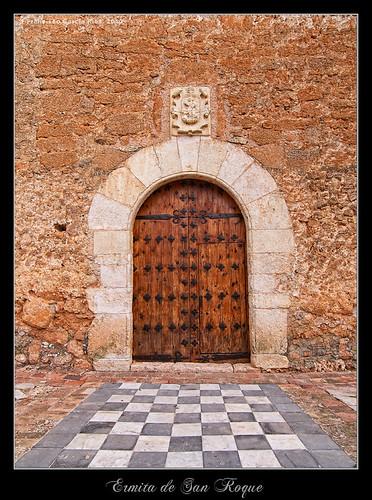 Puerta de la fachada Sur de la Ermita de San Roque (Campillo de Altobuey).