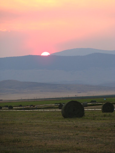 pink sunset mountain mountains beautiful twilight montana hay lovely agriculture bales irrigation haybales beaverheadcounty