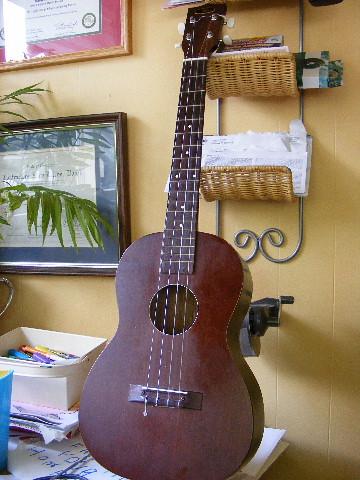 scored a baratone ukulele by leftoverking