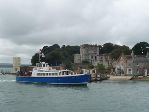 遊客進入白浪島的唯一交通工具是交通船,英國國民信託組織可由交通船的船班來管制遊客量