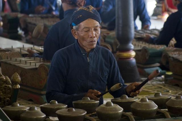Musician playing the Bonang (Gamelan instrument) at Kraton ...