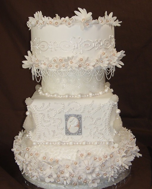 Cameos flowers and pearls wedding cake 001