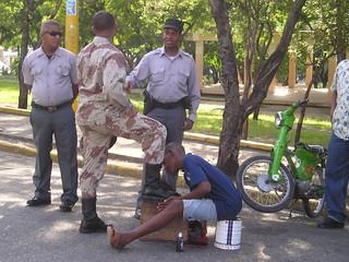 Joven limpia las botas a un militar en Santo Domingo, República Dominicana 2/2