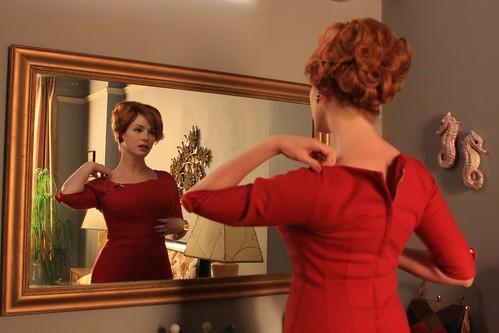 Joan Holloway allo specchio