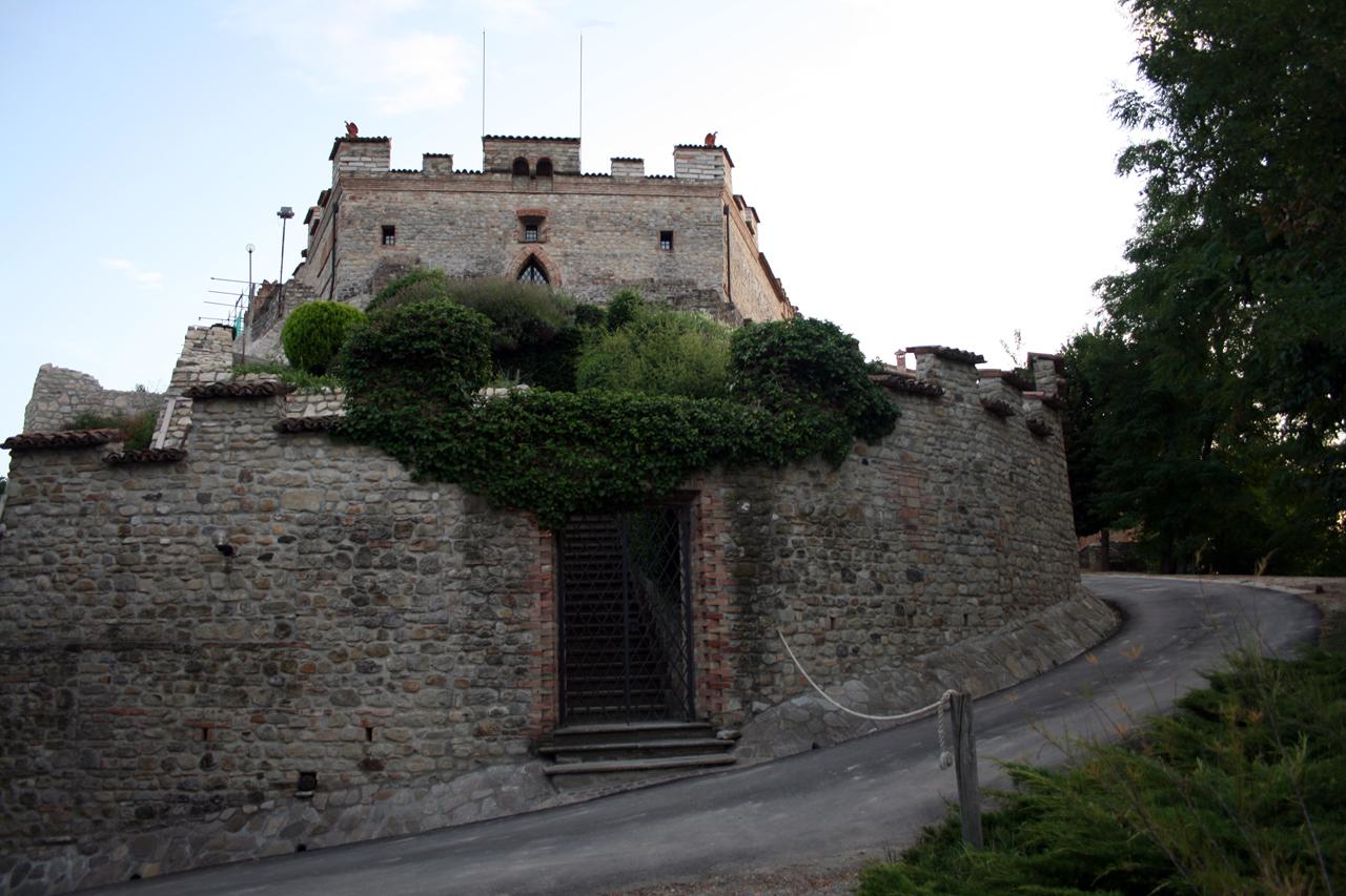 Montesegale, castello