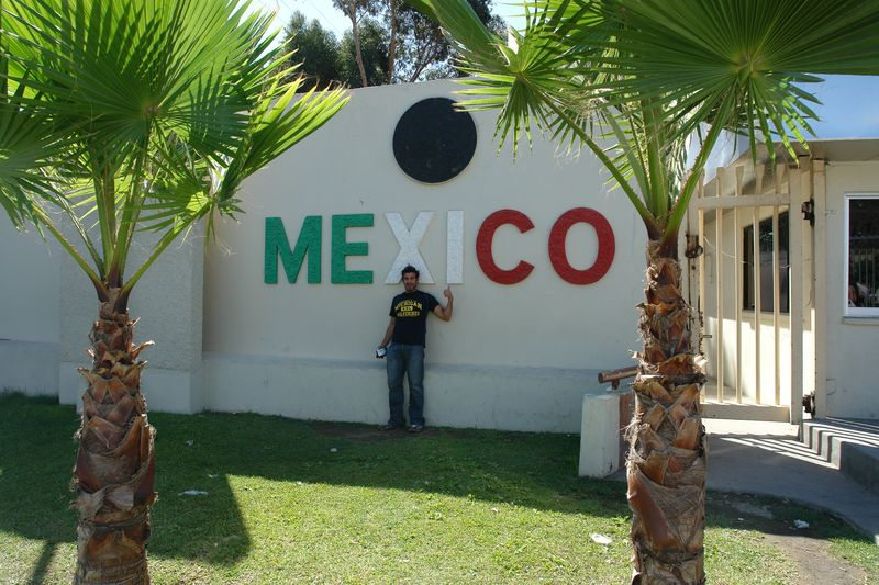 """Entrada caminado desde USA a México tijuana - 2527846825 3f1f4f72d1 o - Tijuana, La ciudad frontera con """"otro mundo"""""""