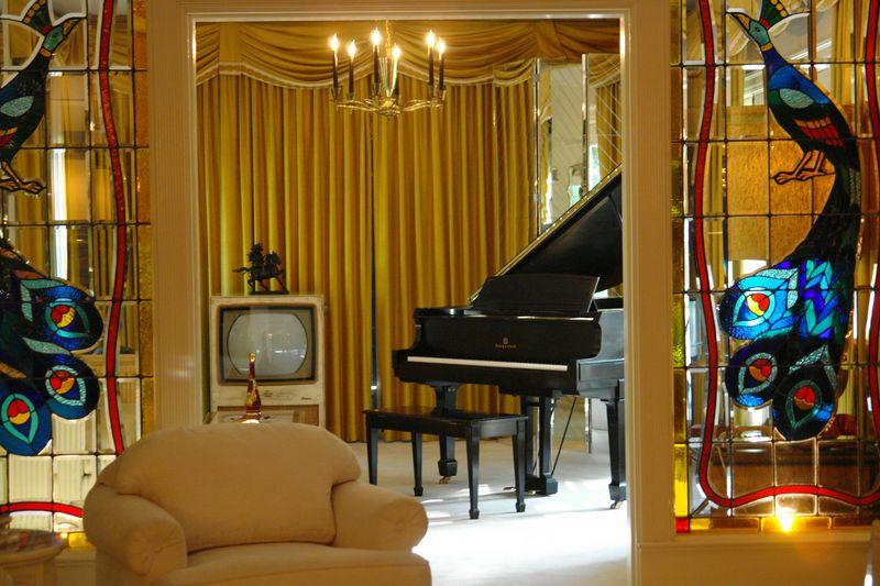Sala del Piano, donde la hija de Elvis Presley (Lisa Marie) tomaba sus claves elvis presley - 2527855551 76a39ff5e5 o - Elvis Presley, 35 años después sigue siendo el Rey