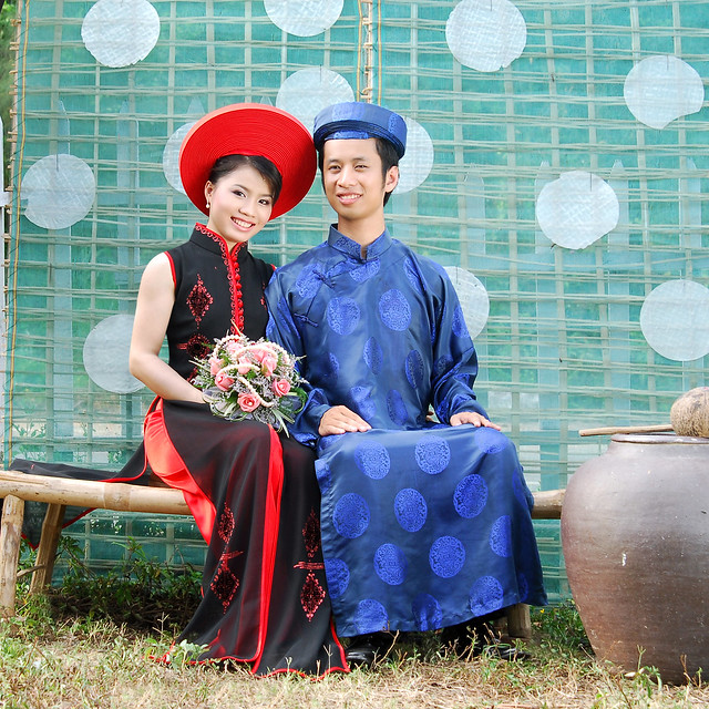 Vietnamese Wedding Gown: TRADITIONAL VIETNAMESE WEDDING DRESS