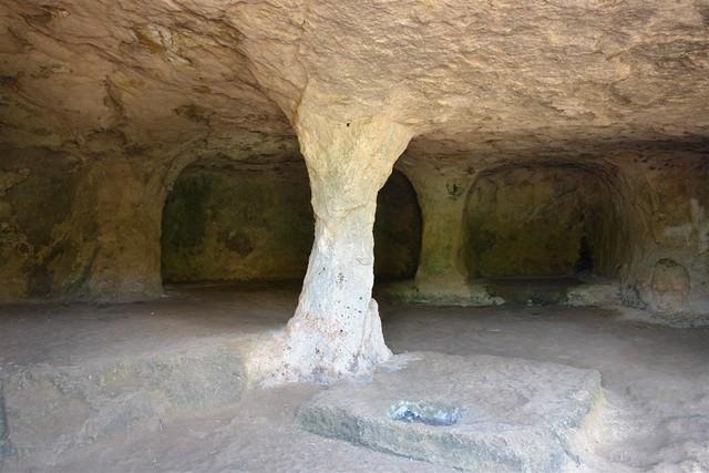 Sorprende encontrarse dentro de la urbanización de Cala Morell, en la costa norte de Menorca, uno de los yacimientos arqueológicos más importantes de toda la isla. Se trata de la Necrópolis de Cala Morell, formada por un conjunto de catorce cuevas excavadas artificialmente en un acantilado. Los materiales encontrados en las cuevas indican que el cementerio estuvo en funcionamiento desde la época pretalayótica hasta el siglo II d.C. menorca - 2906849143 d6972e89e7 z - Menorca, isla de misterios arqueológicos