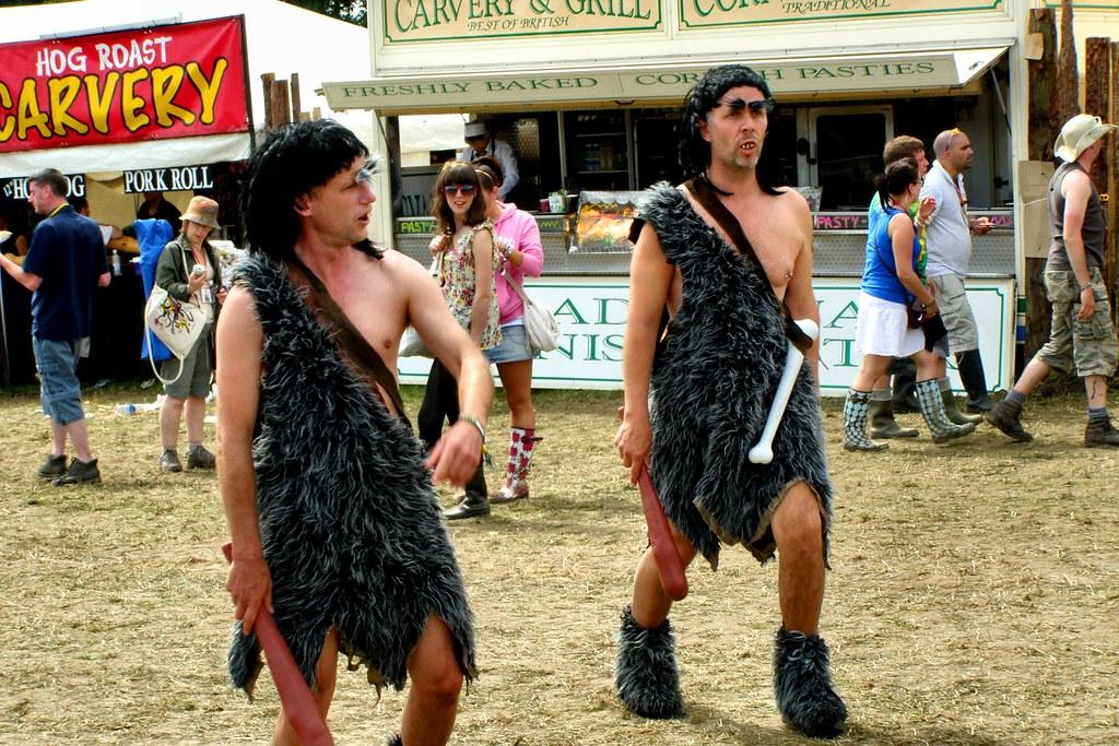 Hommes des cavernes contemporains au Festival de Glastonbury en Angleterre
