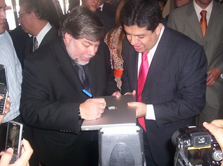 iWoz Firmando el MacBook Pro