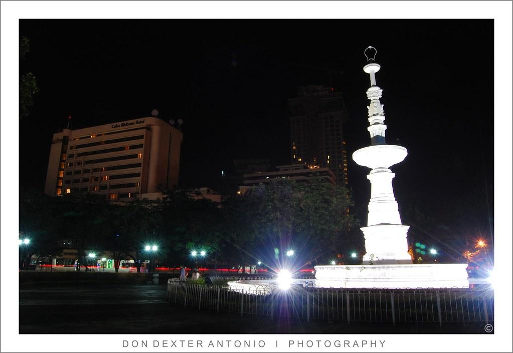 Fuente Osmeña Circle illuminated by night
