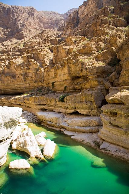 Un ca n des rtico con piscinas en turquesa en om n wadi for Canon piscina