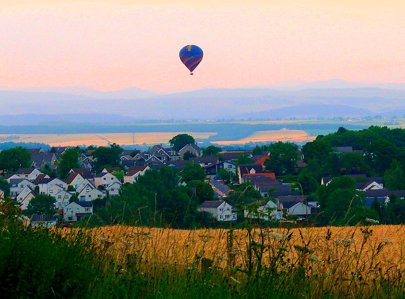 Warmeluchtballon bij zonsondergang