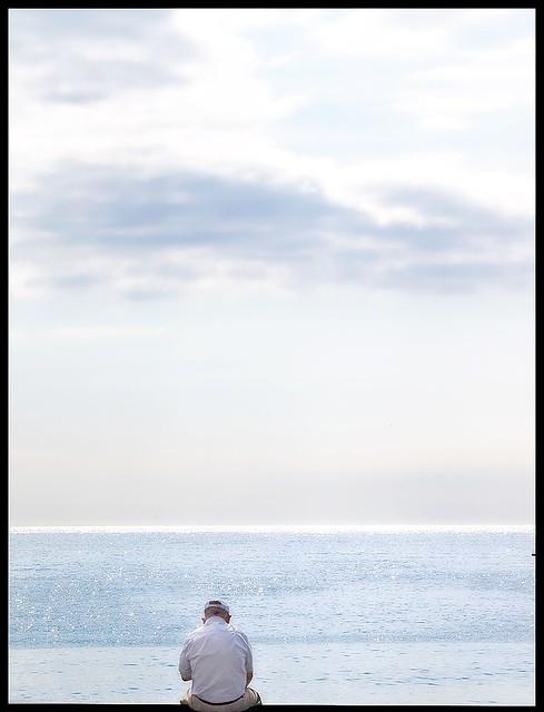 Sentado en el marco de la bahía