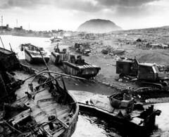 [フリー画像素材] 戦争, 第二次世界大戦, 太平洋戦争, 硫黄島の戦い, 風景 - 日本, モノクロ ID:201112080000