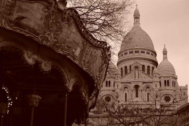 Vista de la Basílica desde la base de la escalinata con el carrusel. Sacré Coeur, el balcón más bello de París - 2669319896 e543c5002b z - Sacré Coeur, el balcón más bello de París