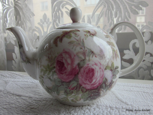 Ruusuteekannu by Anna Amnell