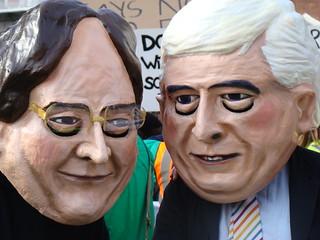 Als irischer Bildungsminister (2008-2010) Batt O`Keeffe (rechts) verkleideter Student bei Protesten gegen Studiengebühren am 22.10.2008 in Dublin. Photo: Cian Ginty / flickr