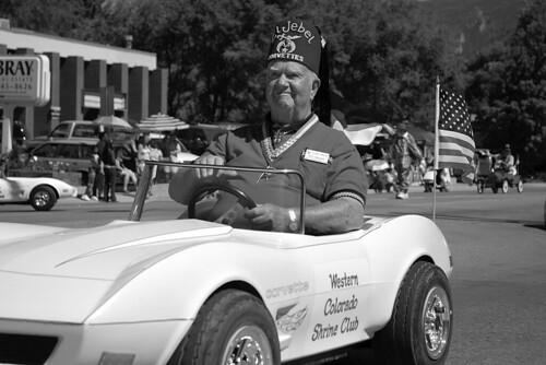 blackandwhite bw usa man hat car club america colorado shrine candid flag wheels parade western glenwoodsprings strawberryfestival