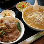 浦添市伊祖「栄龍」の「豚肉丼セット」 豚肉丼セット 850円 味噌ラーメン、豚肉丼、サラダ、香の物  栄龍