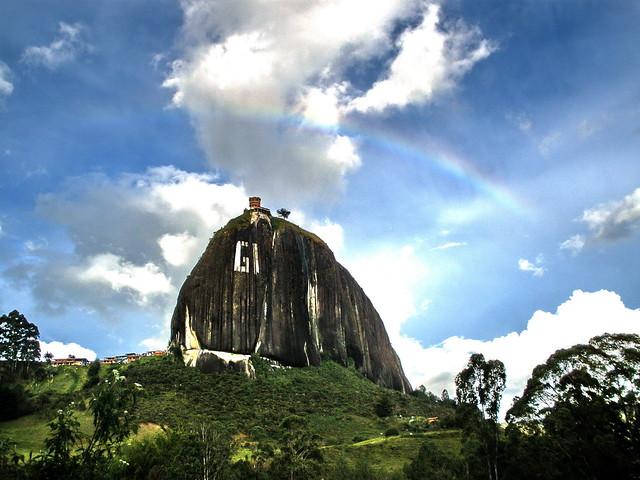 Piedra del Peñol con arco iris / Monolith with rainbow
