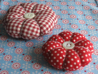Pincushion in red+white