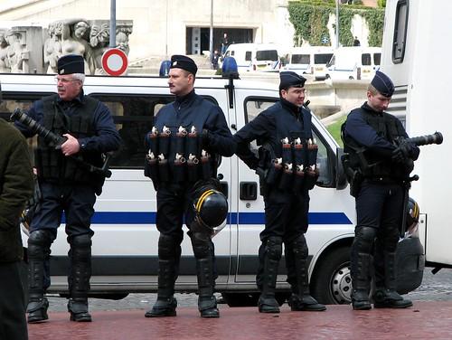 Policiais com muito gas lacrimogeneo