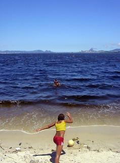 Obraz Praia Belo Jardim. sol rio mar bola menina futebol baía 2007 sujo guanabara
