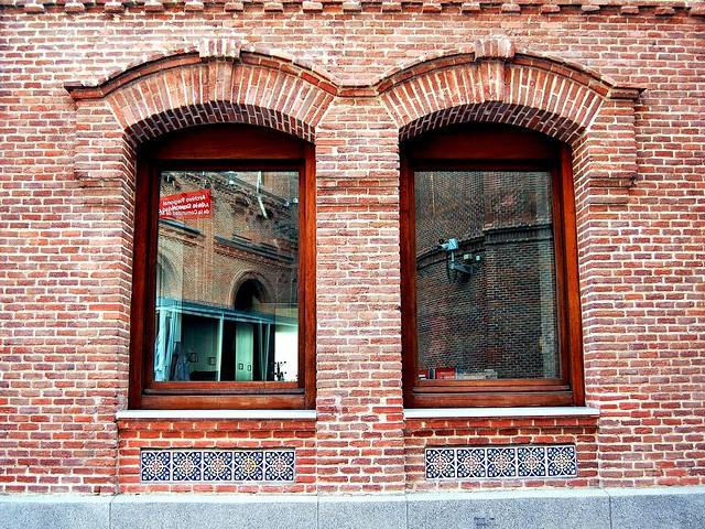 Ventanas y Reflejos 02 A El Águila Mansilla-Tuñón Pabellones de Oficinas Actual Depósito Legal 10872