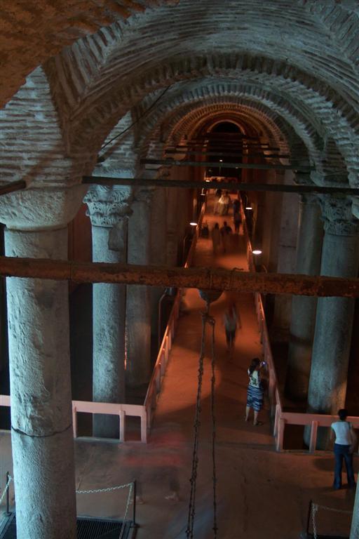 Pasillos flotantes para visitar todos los rincones de la Cisterna cisterna de estambul - 2526866133 67b816eefb o - Basílica de la Cisterna de Estambul