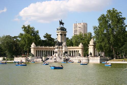 El estanque del Retiro, con el monumento a Alfonso XII (y la Torre de Valencia) al fondo