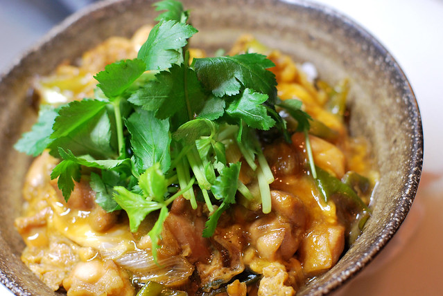 親子丼/ a bowl of rice topped with chicken and eggs