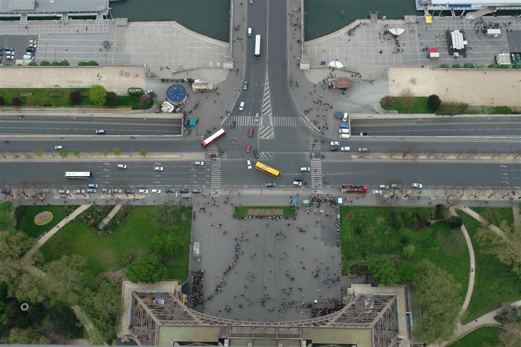Bajo la impresionante Torre Eiffel de París parís - 2668460901 4bd1e943c3 o - Cosas que NO debes hacer en París como turista