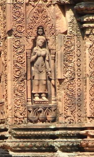 Wed, 05/03/2008 - 10:24 - バンテアイ・スレイ寺院にある女神像(デヴァター)。いわゆる「東洋のモナリザ」は反対側にある左向きのデヴァターのことを指すらしい