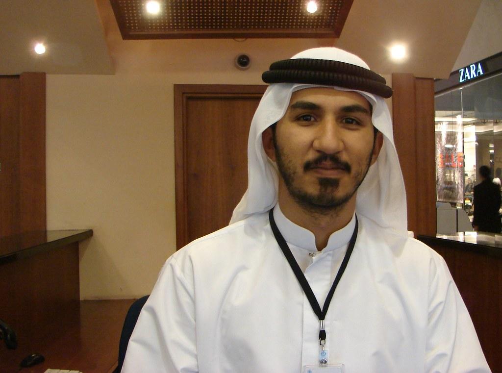 Jóven árabe con su vestimenta típica