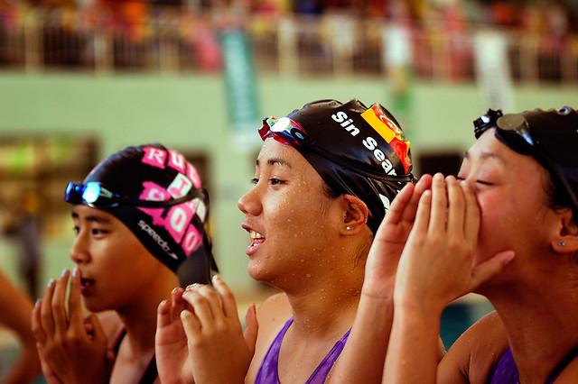 Cheering swimmers (SUKMA XII 2008, Terengganu, DSC7113)