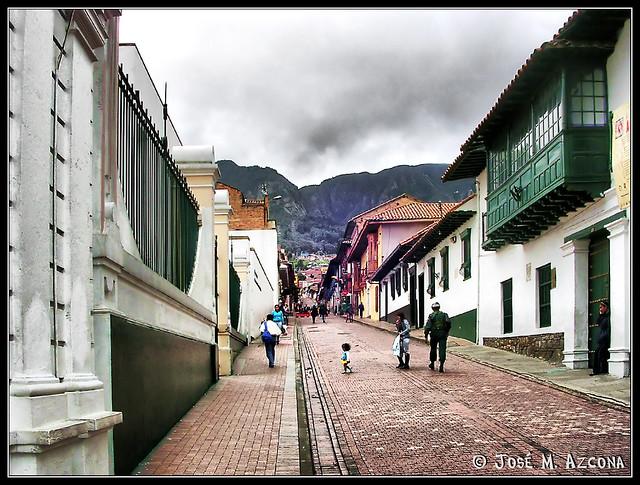 Bogot colombia calle del barrio de la candelaria for Barrio el jardin cali colombia