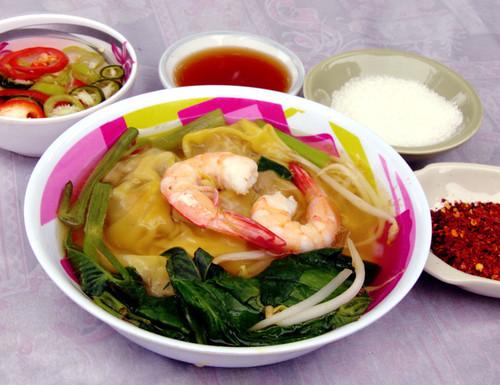 מרק אטריות (ממוצא סיני) עם שריפס ונבטים