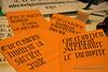 Calligraphies en écriture Gothique : invitations sur fond orange