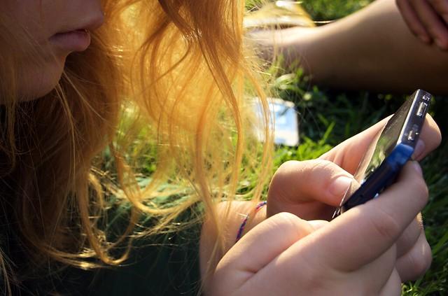 A girl texting - Una chica enviando un mensaje