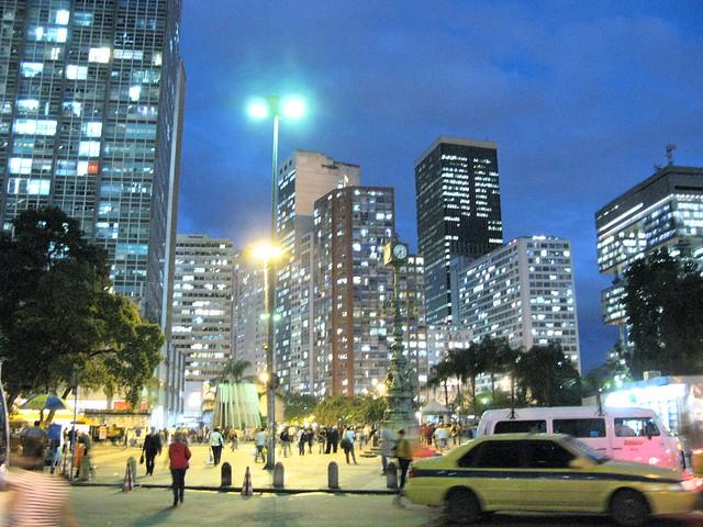 Centro da Cidade do Rio de Janeiro Downtown Largo da Carioca de noite anoitecer